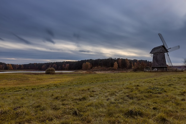 Alte mühle am ufer des flusses sorot in der nacht dorf puschkin-gebirge region pskow russland