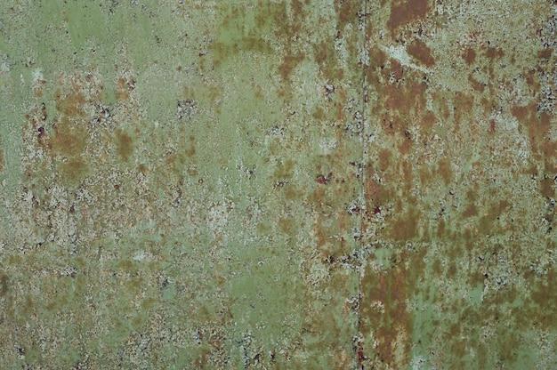 Alte orange metallwand in grün