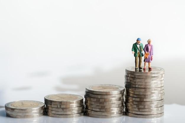 Alte paarzahl, die auf stapelmünzen unter verwendung als hintergrundruhestandsplanung steht.