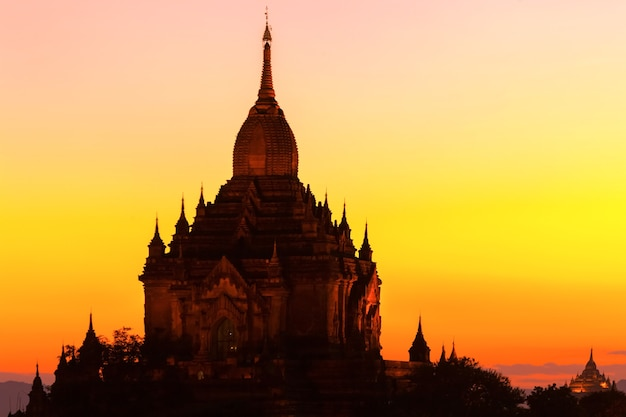 Alte pagoden in myanmar am abend.