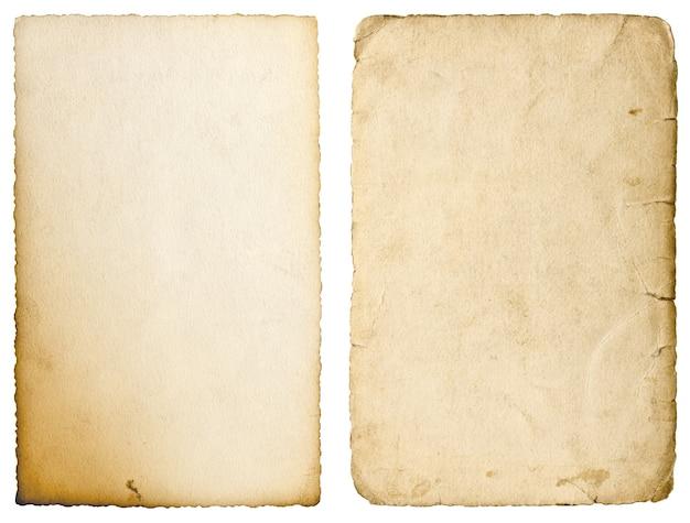 Alte papierblätter mit kanten auf weißem hintergrund. verwendete textur