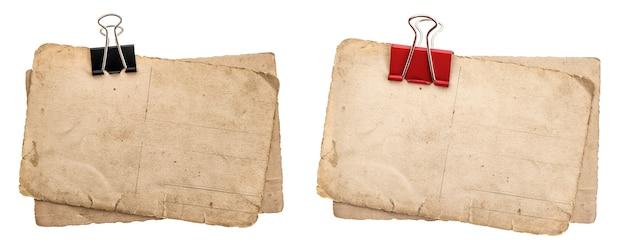 Alte papierbögen mit clip auf weißem hintergrund