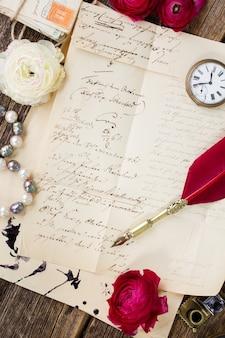 Alte papierpost mit antikem handgeschriebenem brief
