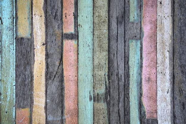 Alte pastellplanke in vertikaler linie. weicher fokus.