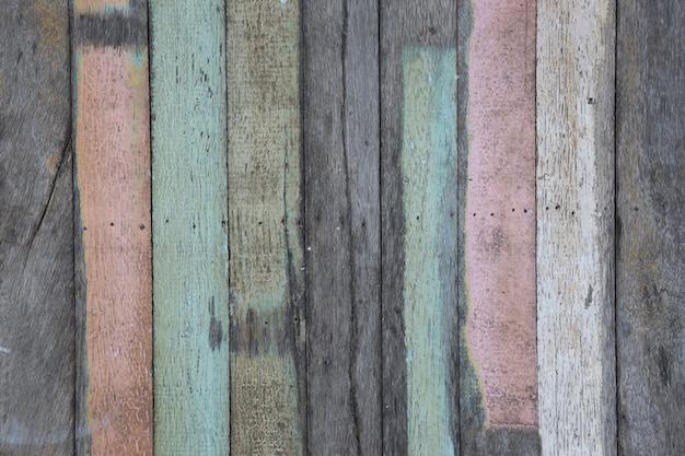 Alte pastellplanke in vertikaler linie.