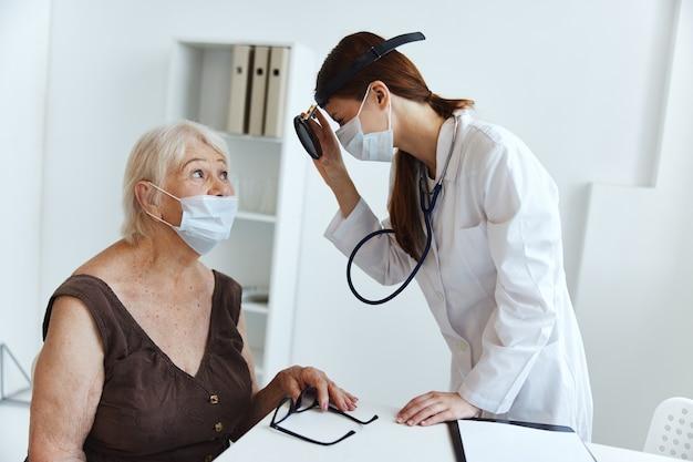 Alte patientin im gesundheitswesen des arztes