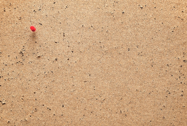 Alte pinnwand mit rotem stift für hintergründe