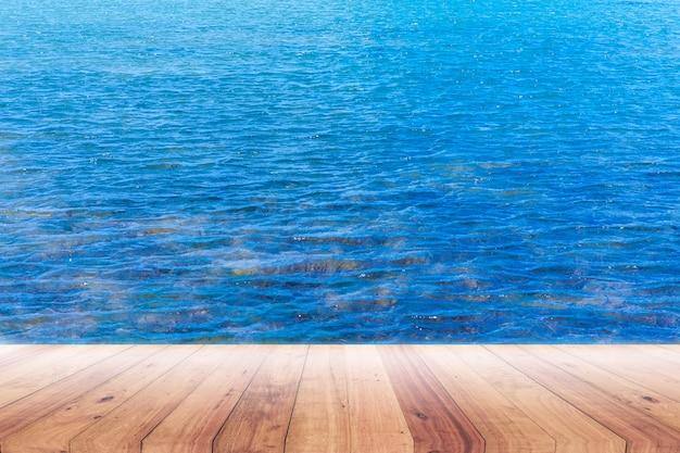 Alte planke mit blauem seehintergrund