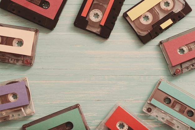 Alte plastikkassette auf hölzernem hintergrund. retro musikkonzept