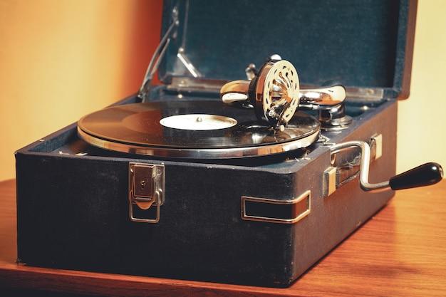 Alte plattenspieler-grammophonnadel auf schallplatte