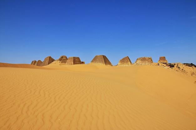 Alte pyramiden von meroe in der sahara-wüste