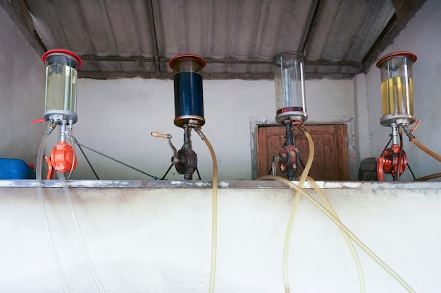 Alte retro-gastankstelle, vintage country tankstelle hintergrund bei thailand