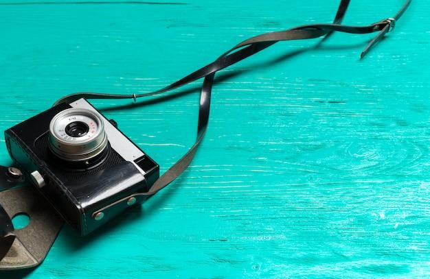 Alte retro- kamera auf holztisch