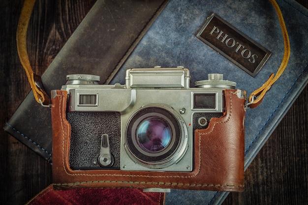 Alte retro vintage kamera auf schmutz holz hintergrund
