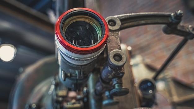 Alte rostige kamera mit stativ