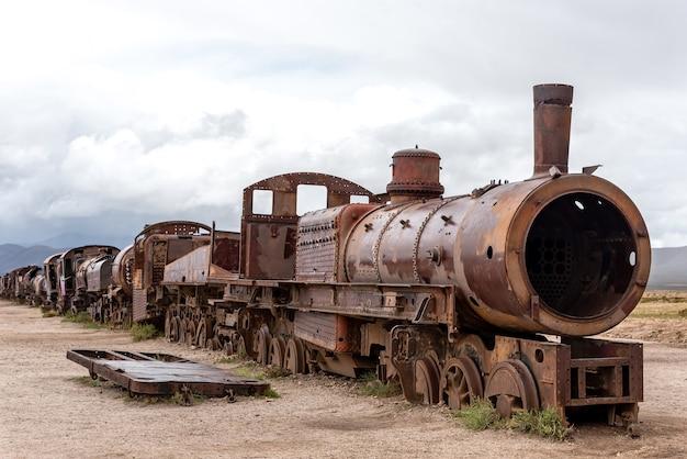 Alte rostige lokomotive verlassen in einem zugfriedhof. uyuni, bolivien