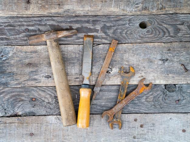Alte rostige weinlesewerkzeuge auf verwittertem grauem hintergrund