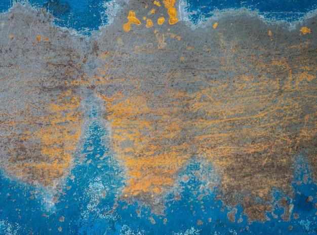 Alte roststrukturierte markierungen auf blauem stahlplattenhintergrund.