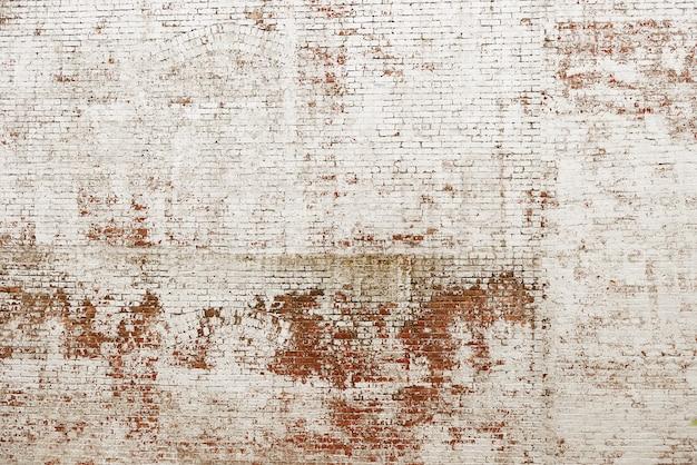 Alte rote backsteinmauer mit weißem farbenhintergrund