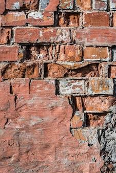 Alte rote backsteinmauer, vertikaler hintergrund oder textur des schmutzes.