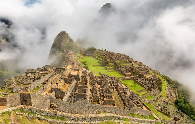 Alte ruinen von machu picchu und wolken. heiliges tal der inka, peru. südamerika