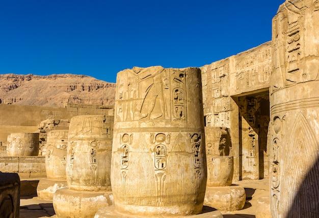 Alte säulen im medinet habu tempel ägypten