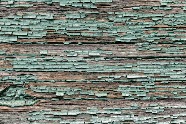 Alte schäbige hölzerne planken mit gebrochener farbfarbe