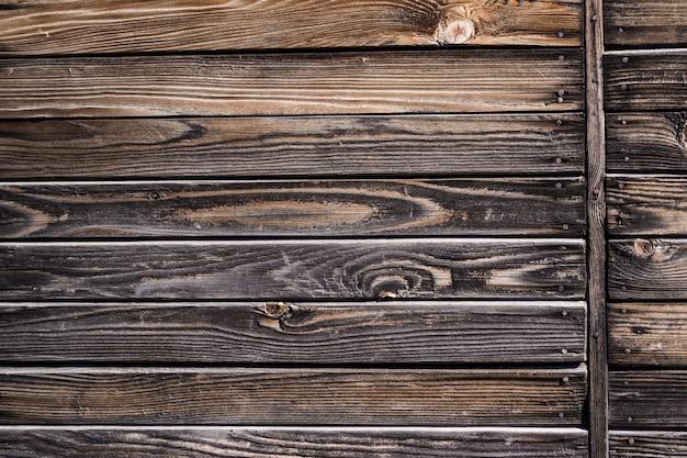 Alte schäbige hölzerne planken mit rostigen nägeln. vorderansicht mit leerer schablone