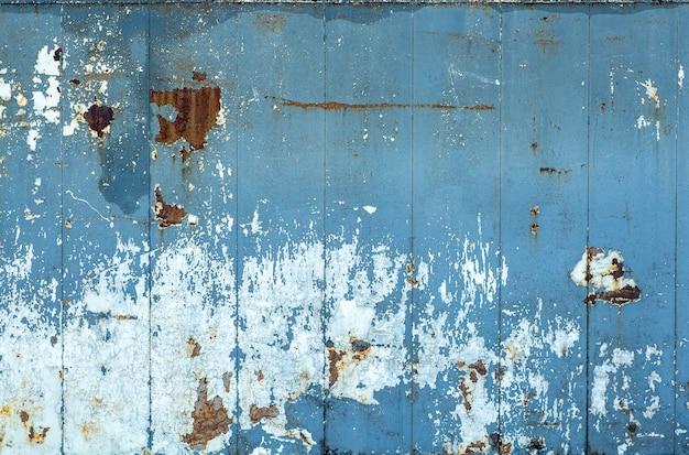 Alte schälende farbbeschaffenheit auf einem holzwandhintergrund. muster und textur von alter getrockneter farbe und stuck auf einer rauen oberfläche