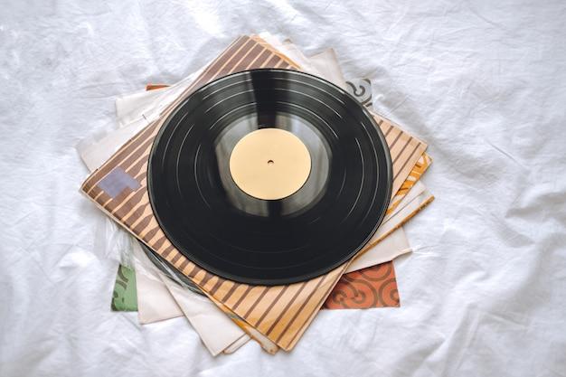 Alte schallplatten auf einem weißen bett.