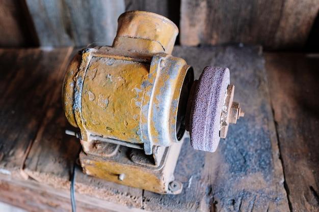 Alte schleifmaschine mit scheibe in kleiner fabrik
