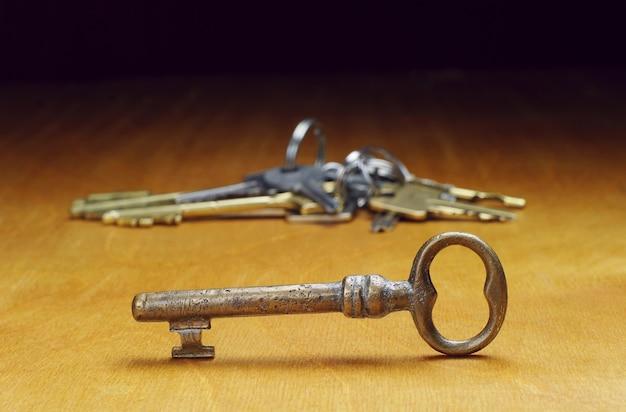 Alte schlüssel auf einem holztisch