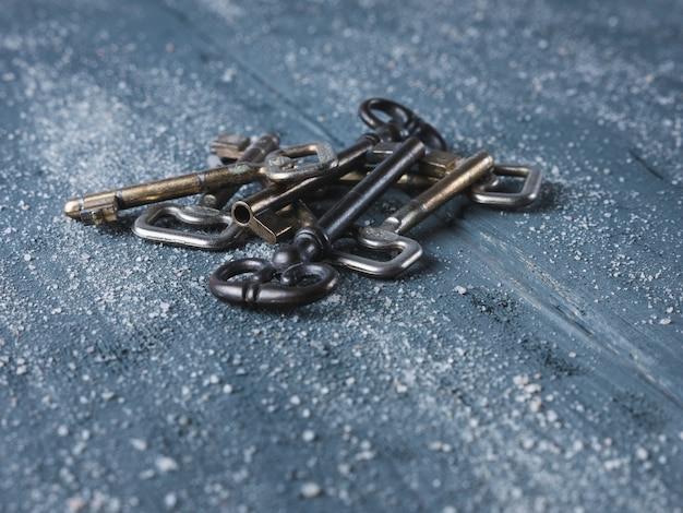 Alte schlüssel auf hölzernem hintergrund