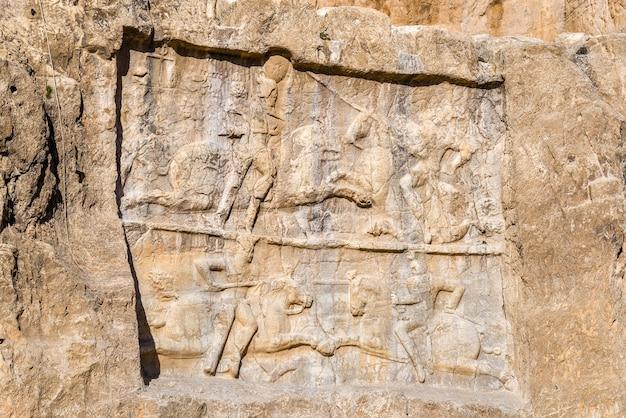 Alte schnitzereien in der nekropole naqsh-e rustam im norden von shiraz, iran.
