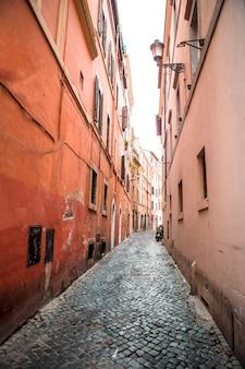 Alte schöne leere schmale straßen in der kleinstadt von lucca in italien