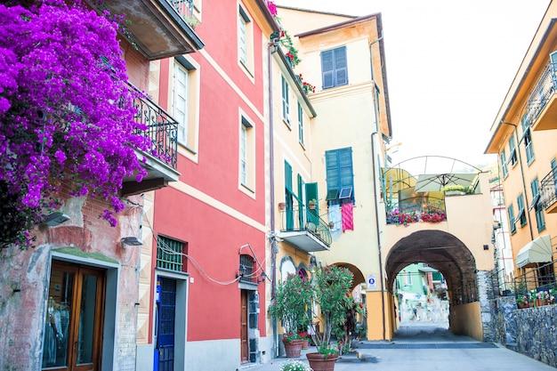 Alte schöne leere schmale straßen in der kleinstadt von monterosso