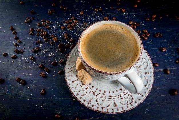 Alte schönheitstasse mit duftendem kaffee