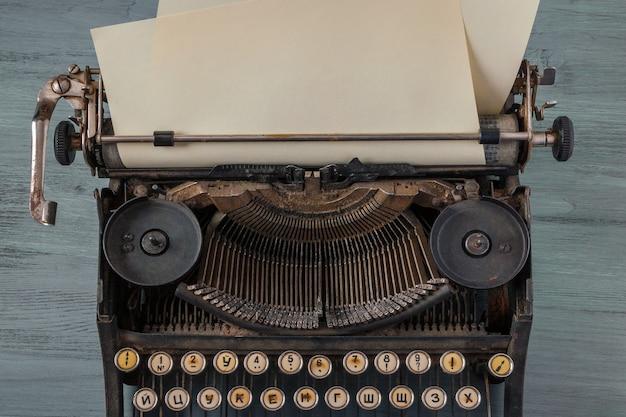 Alte schreibmaschine mit einem blatt papier