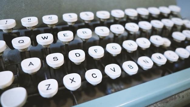 Alte schreibmaschinenmaschine in gutem zustand ohne papiereinzug zur verwendung in der früheren berufskarriere