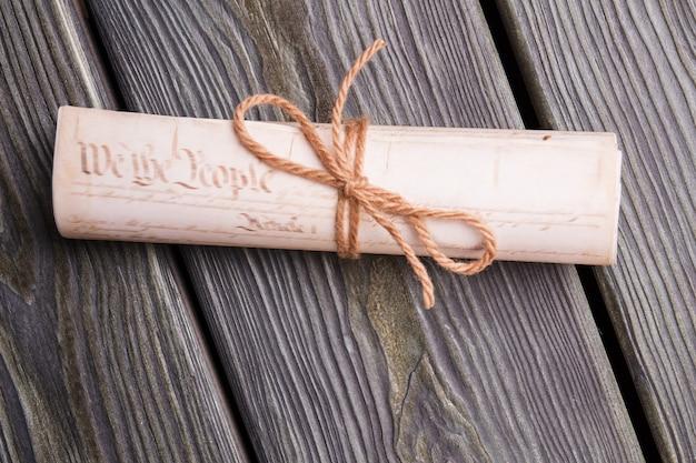 Alte schriftrolle mit seil gebunden. nahaufnahme gerollte papiere mit bogen.