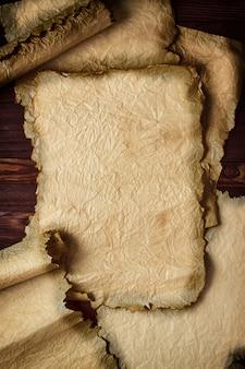 Alte schriftrolle oder papyrus auf hölzernem hintergrund