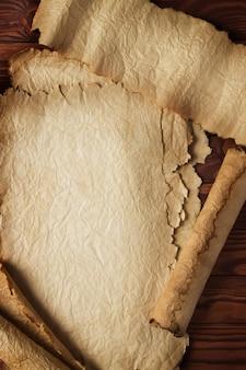 Alte schriftrollen und entfalteter reiner papyrus als hintergrund