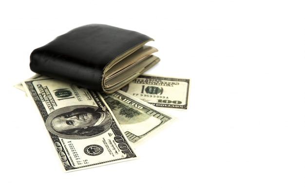 Alte schwarze geldbörse mit dollar isoliert auf weißem hintergrund