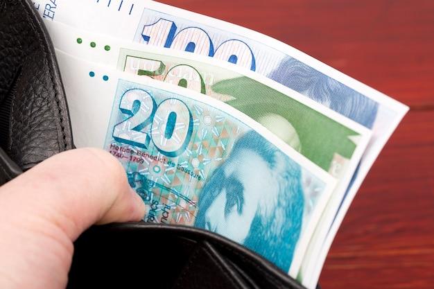 Alte schweizer geldfranken in der brieftasche