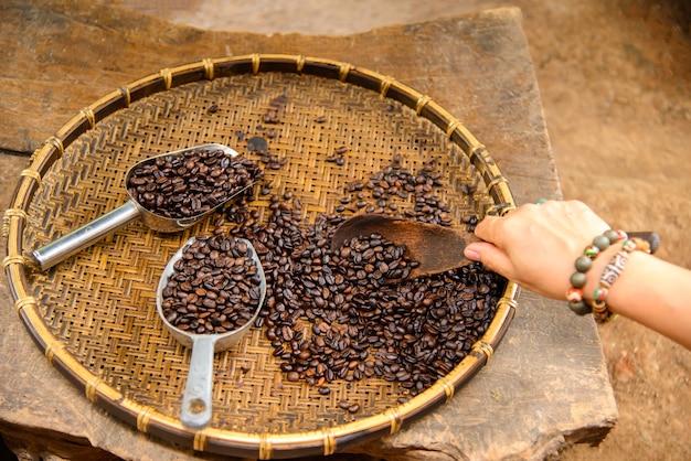 Alte sortierprüfung für frischen kaffee