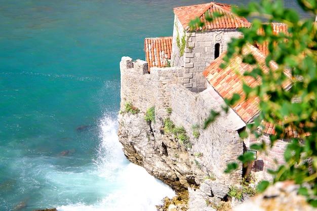 Alte stadt in budva an einem schönen sommertag, montenegro. luftbild. ansicht von oben.