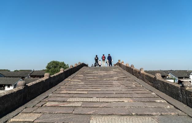 Alte stadt tangxi, steinbogenbrücke in alter stadt hangzhou, china