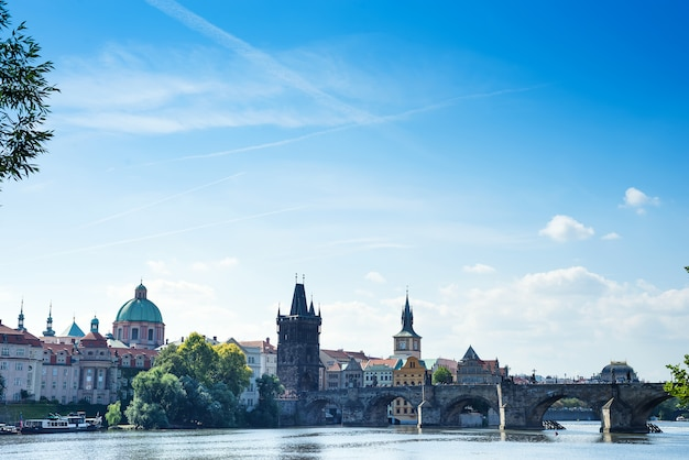 Alte stadtansicht prags prag am sonniger tagesblauen himmel.