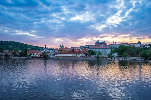 Alte stadtstadtskyline prags bei sonnenuntergang in der tschechischen republik