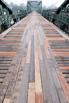 Alte stahlbrücke mit der hölzernen bahn.